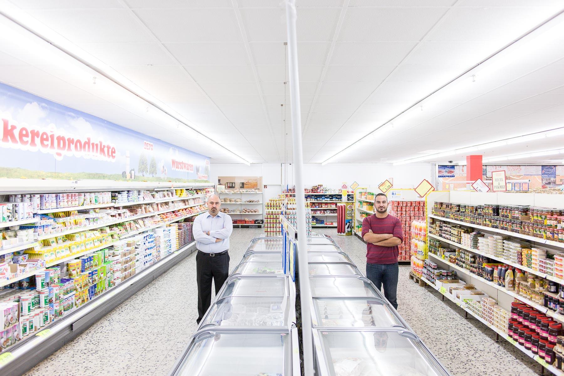 Die Supermarktbesitzer Haluk Öznesin und Onur Oberzig