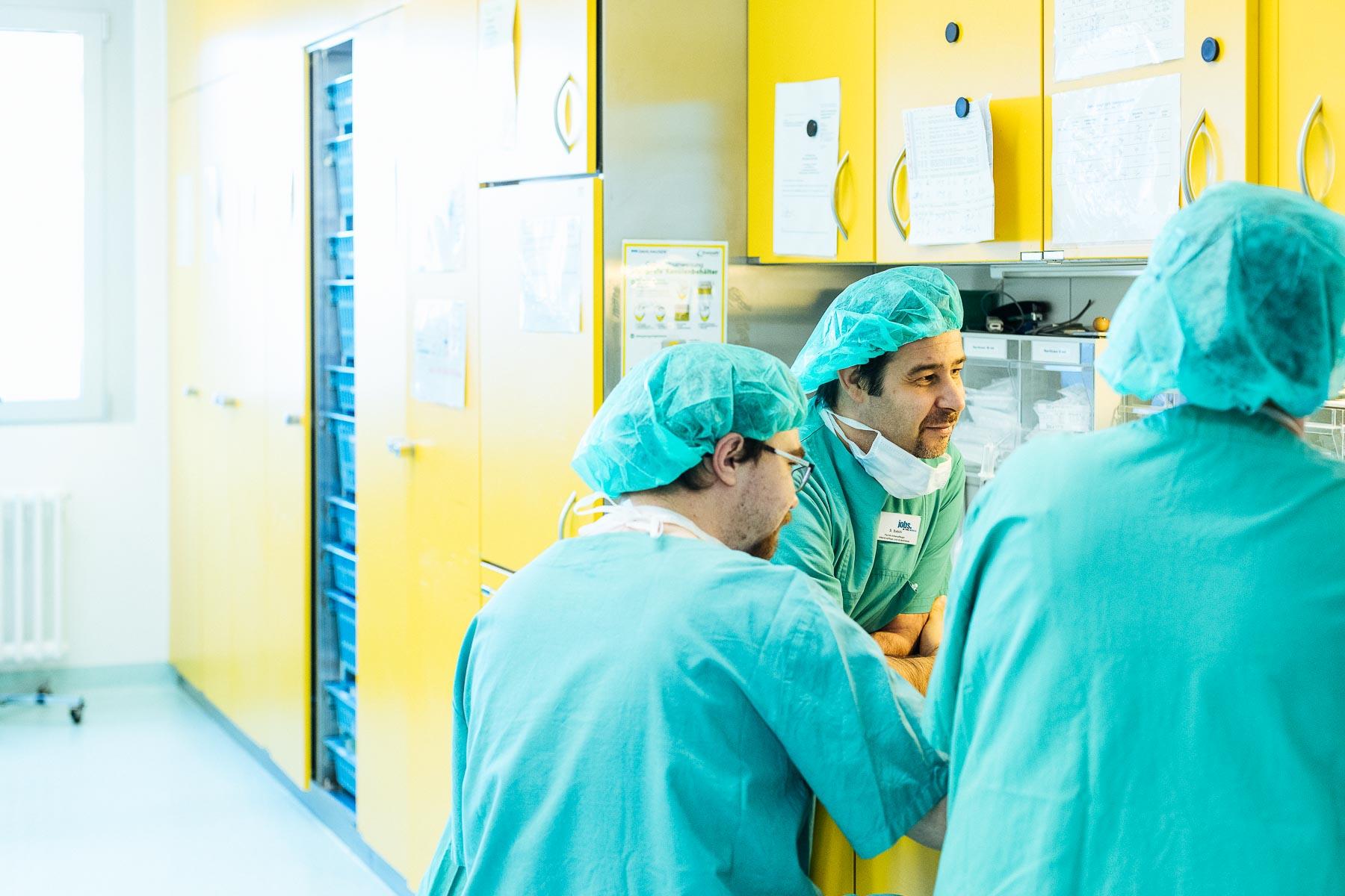 Mitarbeiter im Gespräch im OP im Evangelischen Krankenhaus Düsseldorf