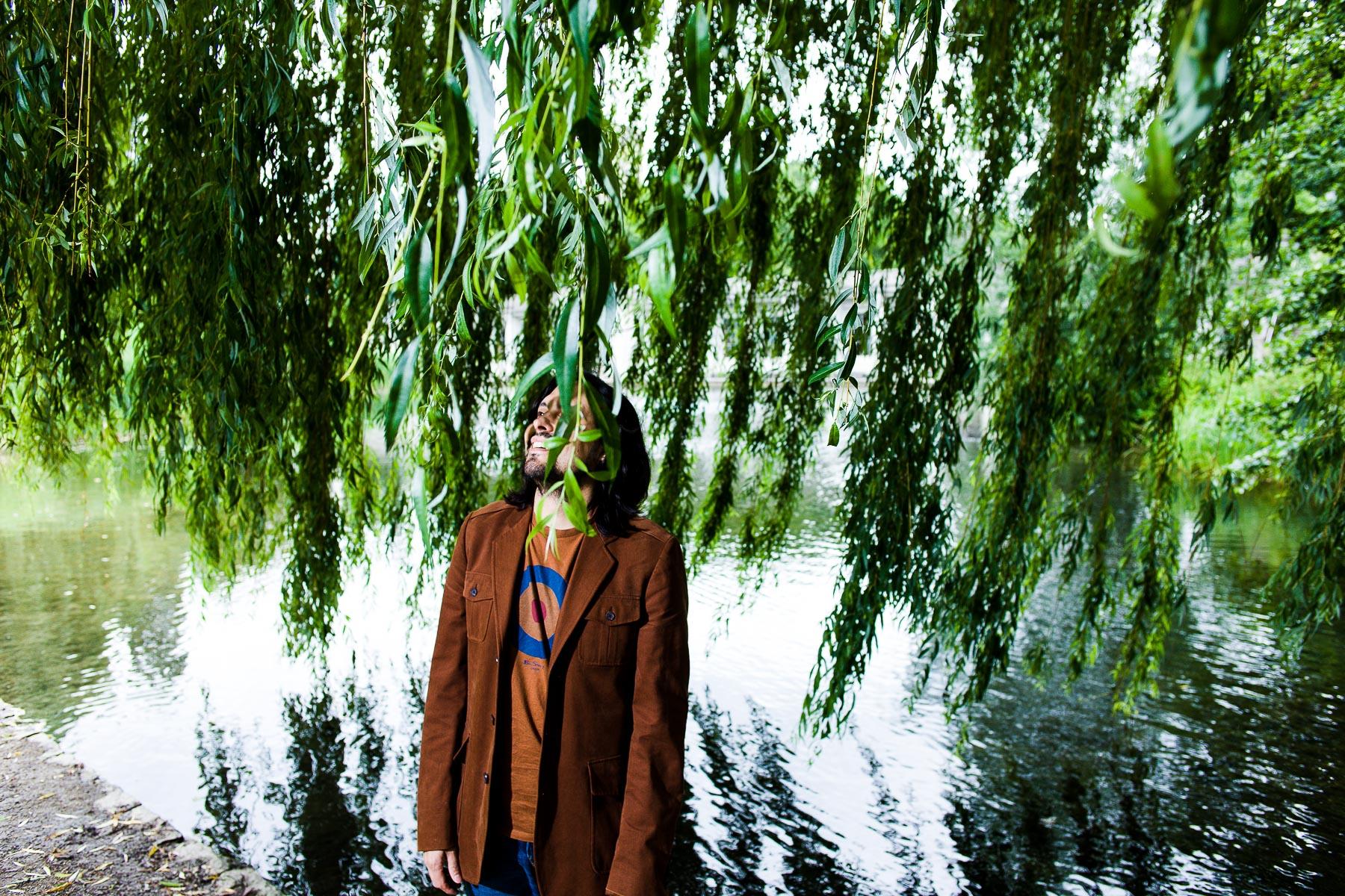 Portrait Stefan Ullrich unter einem Baum stehend