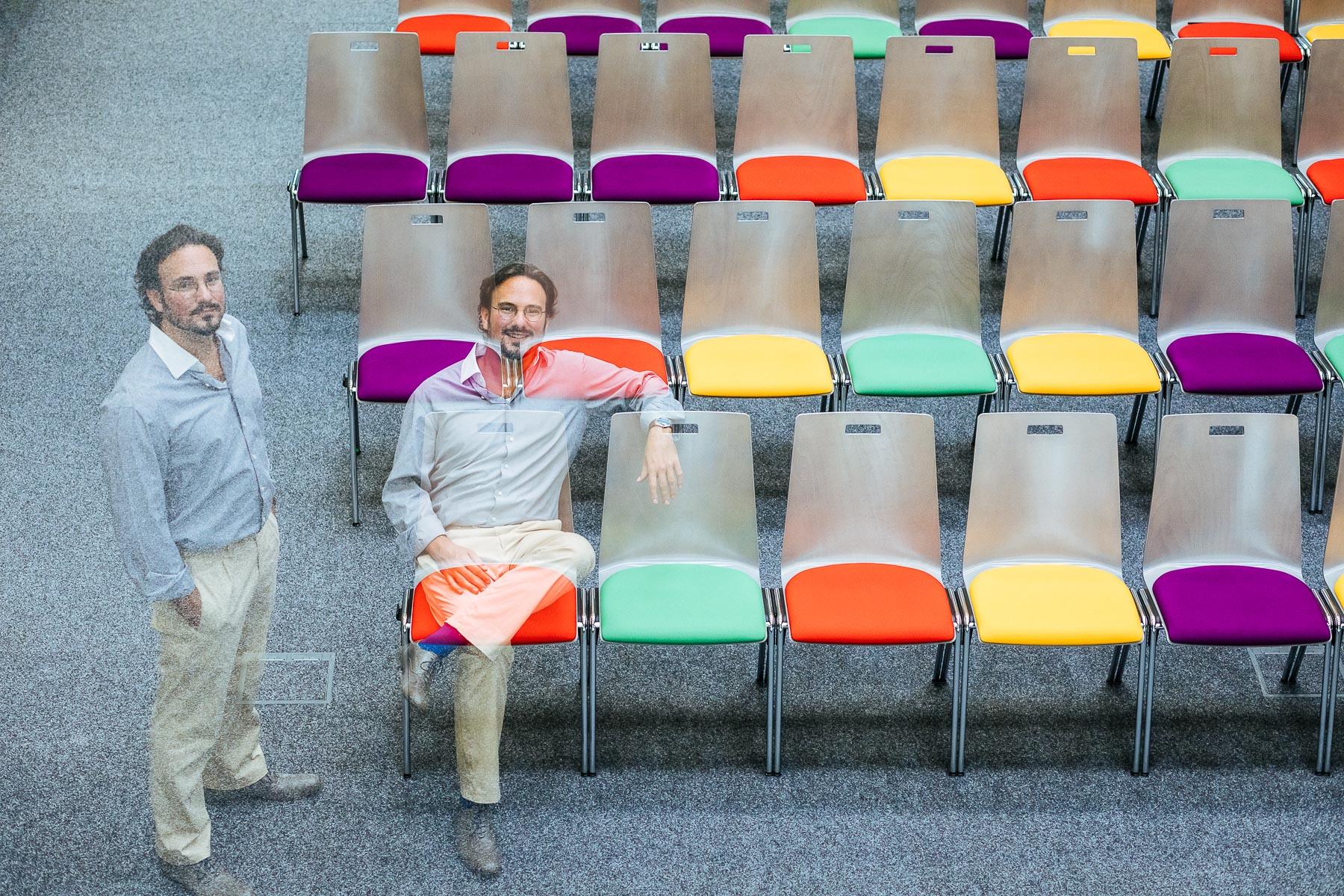 Doppelbelichtung von Dr.. Bruno Gransche auf bunten Stühlen
